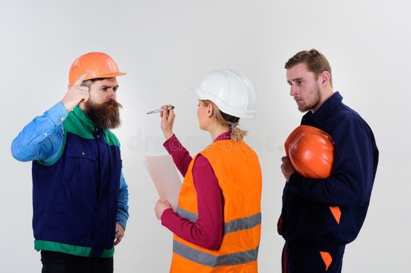 Concepto del conflicto laboral Constructores e ingeniero que discuten, entendiendo mal foto de archivo libre de regalías