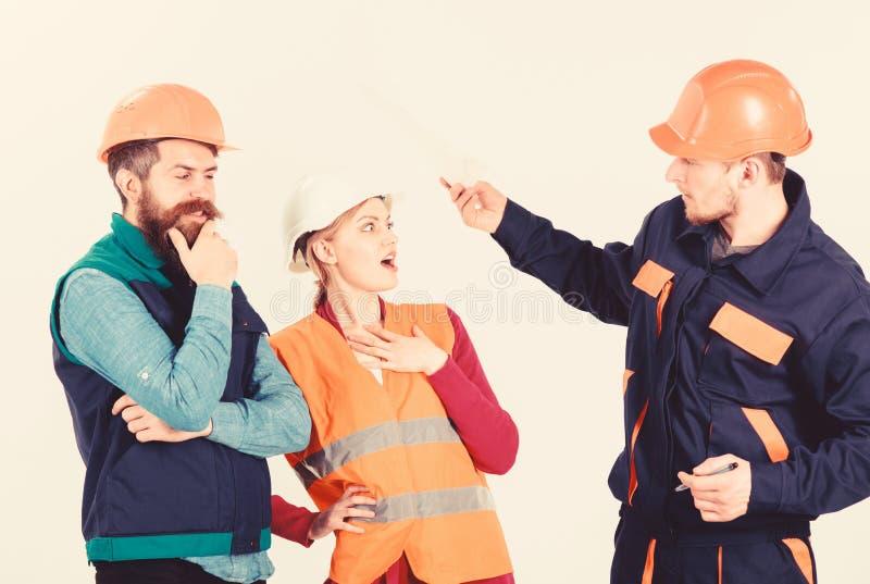 Concepto del conflicto laboral Constructores y discusión del ingeniero, imagen de archivo