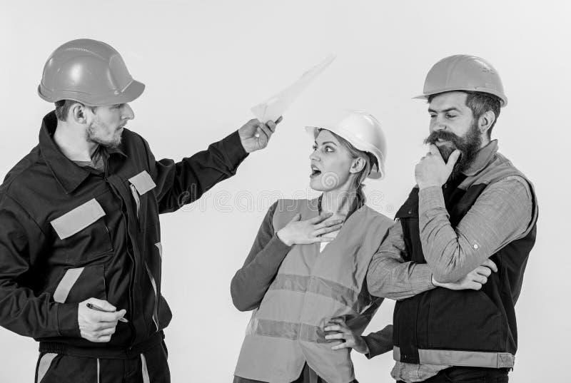 Concepto del conflicto laboral Constructores y discusión del ingeniero, imagenes de archivo