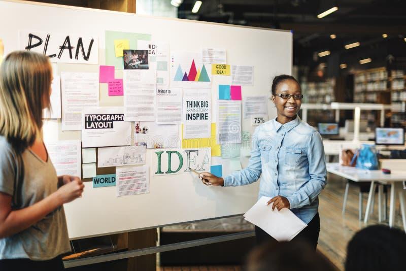 Concepto del conocimiento de la educación del campus de la biblioteca de los estudiantes fotografía de archivo