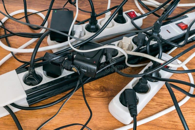 Concepto del consumo de electricidad muchos cables de - Cables de electricidad ...