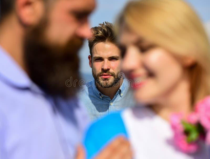 Concepto del corazón quebrado El ligar romántico de los amantes de la fecha de los pares Amantes que hacen frente a relaciones al foto de archivo libre de regalías
