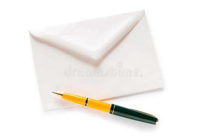 Concepto del correo con el sobre aislado foto de archivo