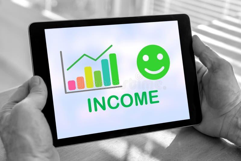 Concepto del crecimiento de la renta en una tableta imágenes de archivo libres de regalías