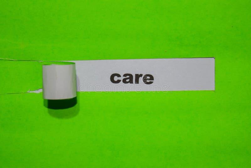 Concepto del cuidado, de la inspiración y del negocio en el papel rasgado verde foto de archivo libre de regalías
