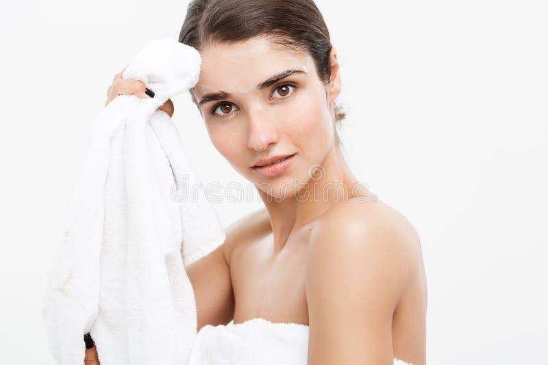 Concepto del cuidado de piel de la belleza - retrato caucásico hermoso de la cara de la mujer Muchacha modelo femenina joven de l fotografía de archivo libre de regalías