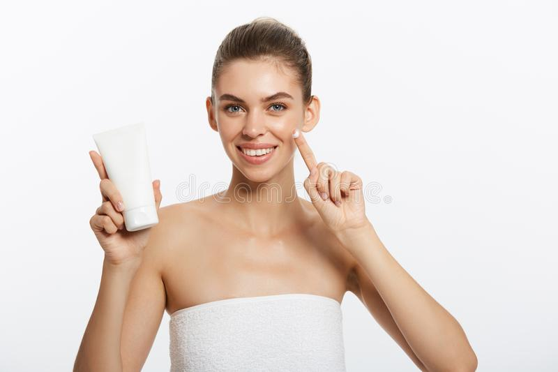 Concepto del cuidado de piel de la juventud de la belleza - retrato caucásico hermoso de la cara de la mujer que sostiene y que p fotografía de archivo libre de regalías