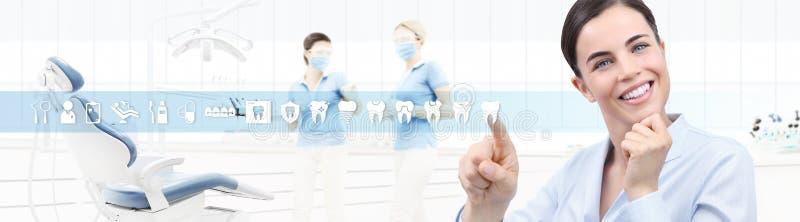Concepto del cuidado dental, mujer sonriente hermosa en la clínica b del dentista libre illustration