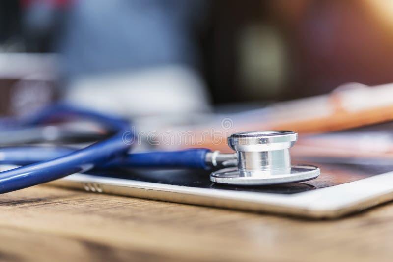 Concepto del cuidado médico Estetoscopio encima de la pantalla de la tableta, sana fotografía de archivo libre de regalías