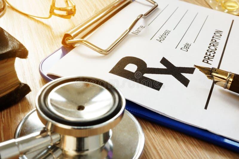 Concepto del cuidado médico Forma y medicinas de la prescripción imágenes de archivo libres de regalías
