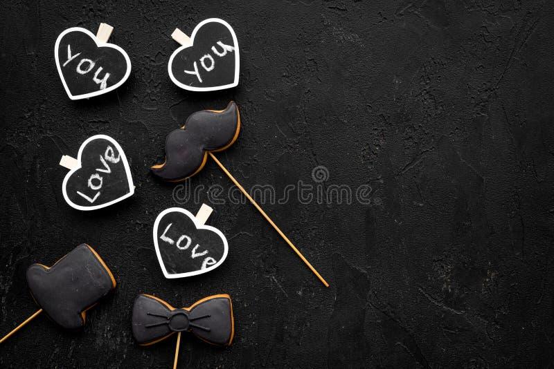 Concepto del cumpleaños del ` s de los hombres Galletas en la forma del bigote, sombrero, corbata de lazo Los corazones con las l fotos de archivo libres de regalías