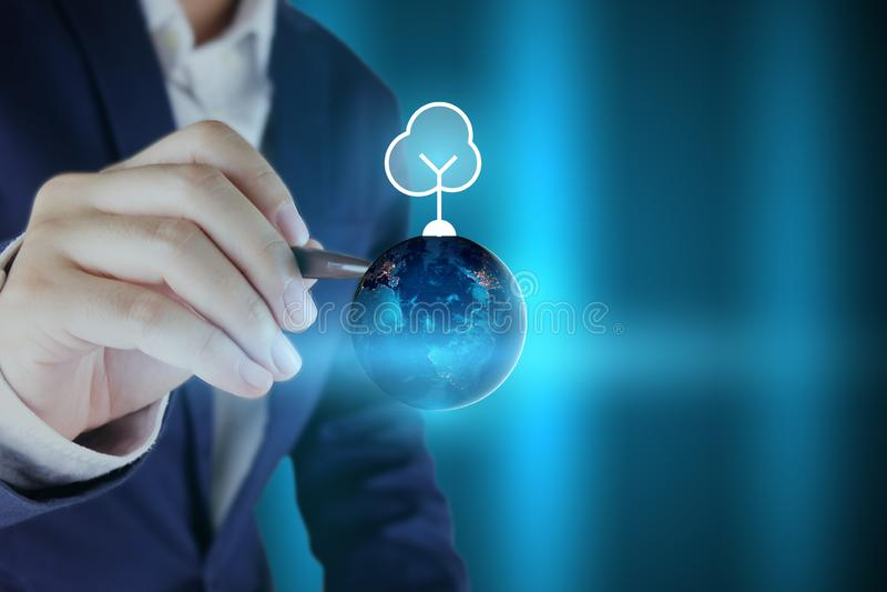 Concepto del día del agua del mundo: Manos del hombre de negocios que señalan el globo de la tierra y el icono del árbol Elemento stock de ilustración