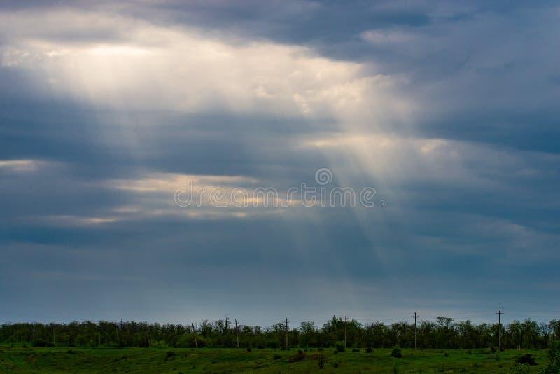 Concepto del día del ambiente mundial: Cielo dramático del valle con los rayos del sol para el fondo panorámico del paisaje fotos de archivo