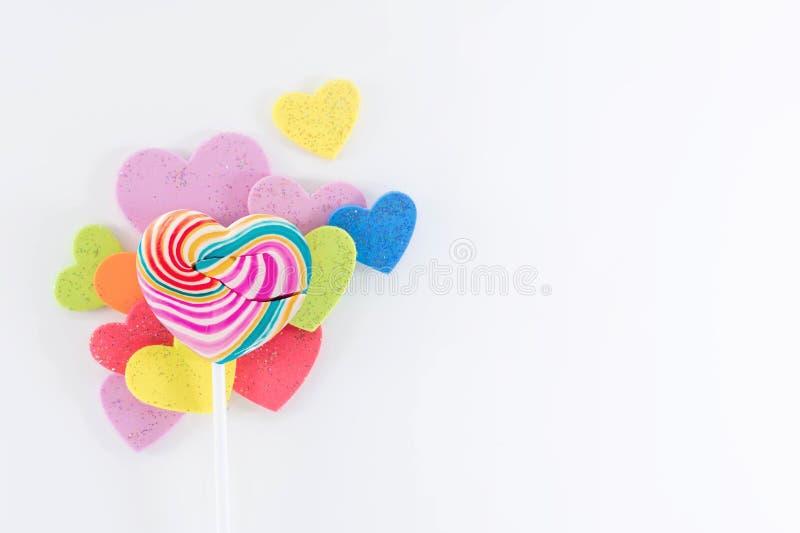 Concepto del día del amor y de tarjetas del día de San Valentín Endecha dulce del caramelo de la piruleta del corazón fotografía de archivo libre de regalías