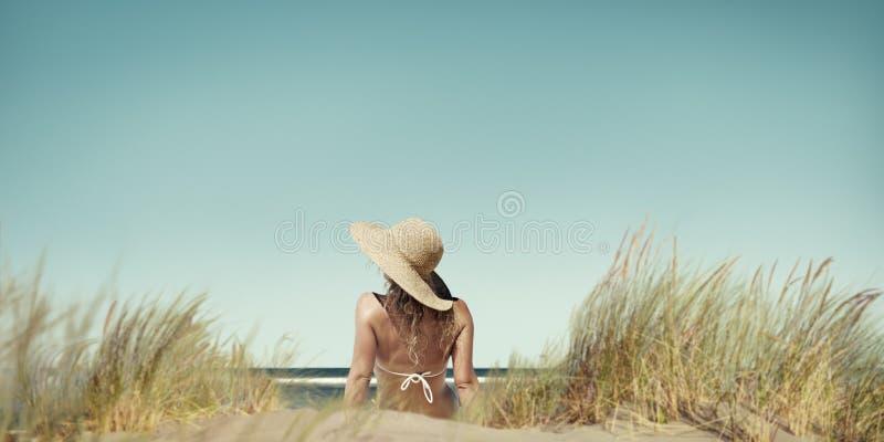 Concepto del día de fiesta de la felicidad de las vacaciones de la mujer de la playa que broncea foto de archivo