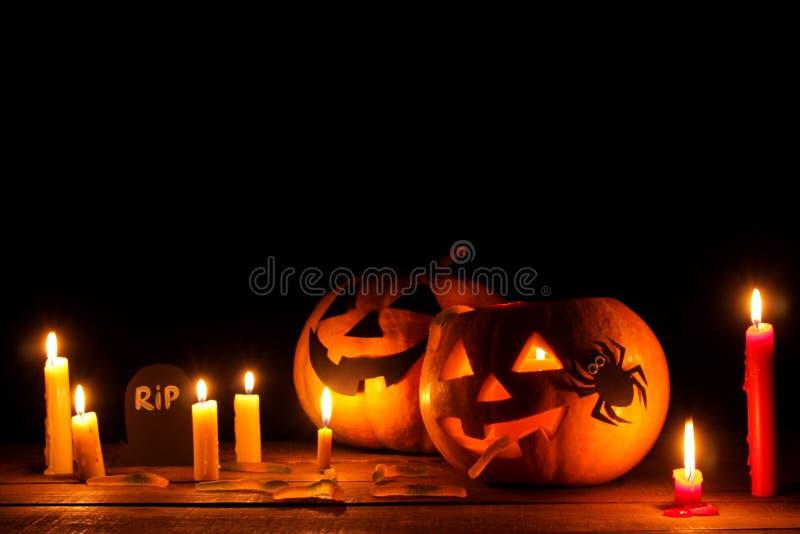 concepto del día de fiesta de Halloween Cabeza de la calabaza de Halloween con las velas interiores y alrededor en una tabla de m imagen de archivo
