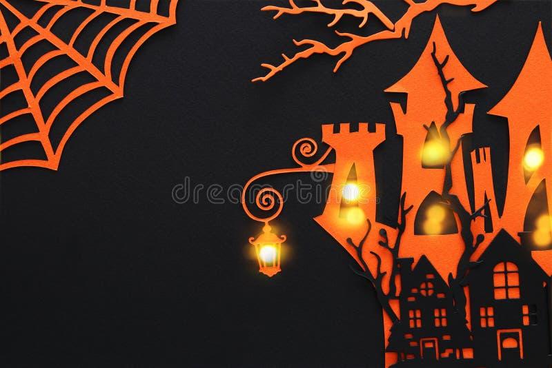 Concepto del día de fiesta de Halloween casa frecuentada de la bruja sobre fondo negro Visión superior, endecha plana ilustración del vector