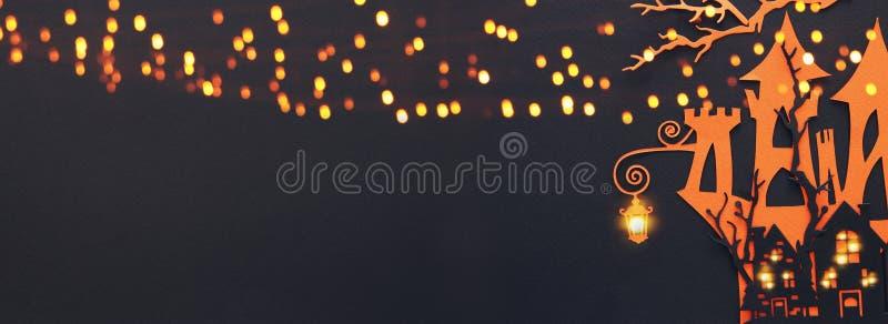 Concepto del día de fiesta de Halloween casa frecuentada de la bruja sobre fondo negro Visión superior, endecha plana bandera imagenes de archivo