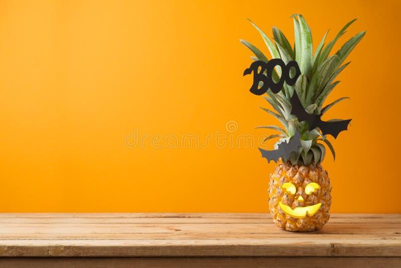 Concepto del día de fiesta de Halloween con la piña de la linterna del enchufe o en woode imagen de archivo libre de regalías