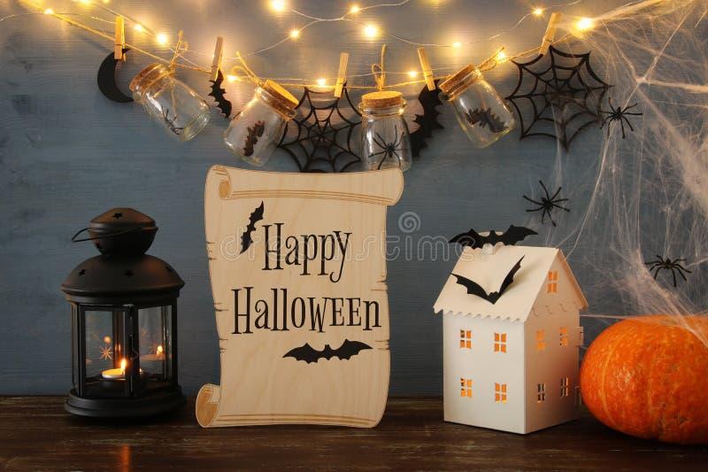 Concepto del día de fiesta de Halloween La casa misteriosa con las luces delante del masson sacude con las arañas y los baños foto de archivo