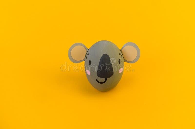 Concepto del día de fiesta de Pascua con los huevos hechos a mano lindos: koala fotos de archivo