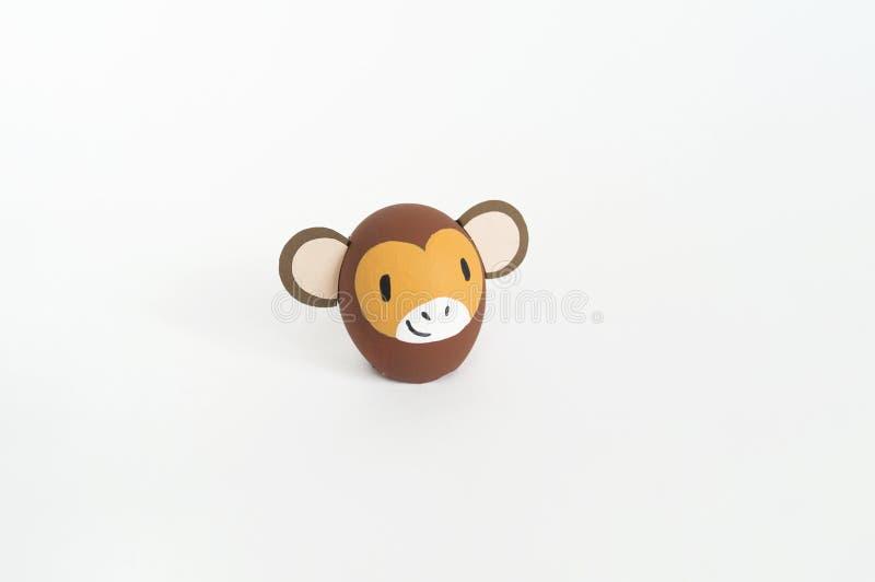 Concepto del día de fiesta de Pascua con los huevos hechos a mano lindos: mono marrón fotos de archivo