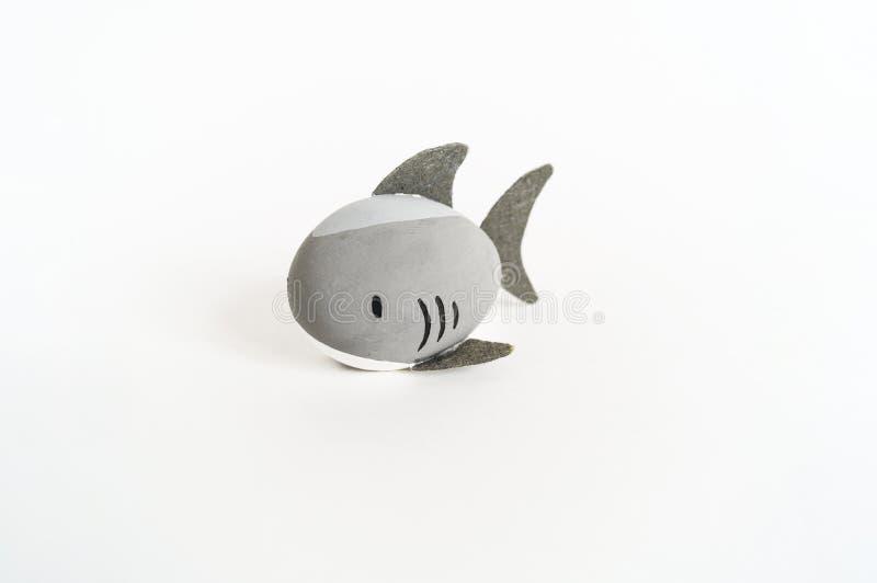 Concepto del día de fiesta de Pascua con los huevos hechos a mano lindos: tiburón del animal de mar fotos de archivo