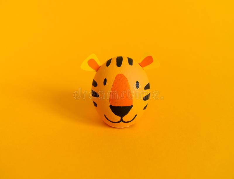 Concepto del día de fiesta de Pascua con los huevos hechos a mano lindos: tigre anaranjado fotografía de archivo