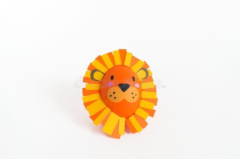 Concepto del día de fiesta de Pascua con los huevos hechos a mano lindos: un león imagen de archivo libre de regalías