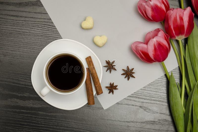 Concepto del día de fiesta Ramo de tulipanes rosados, de una taza de café, de azúcar en forma de corazón, de canela, de anís de e imagenes de archivo