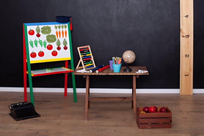 Concepto del día de los profesores y de nuevo a escuela Vista del interior de la escuela primaria Sitio vac?o de la escuela Globo foto de archivo libre de regalías