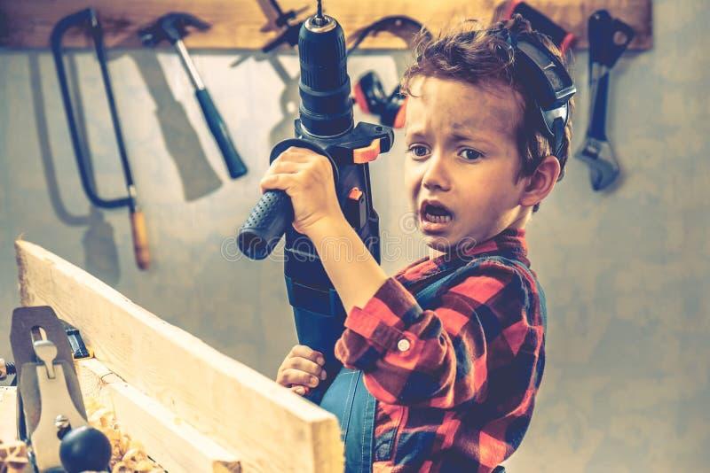 Concepto del día de padres del niño, herramienta del carpintero, diy foto de archivo libre de regalías