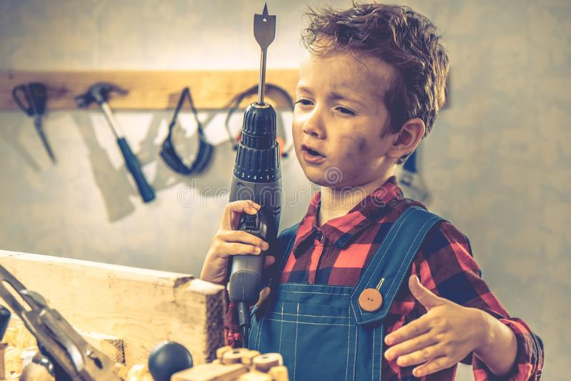 Concepto del día de padres del niño, herramienta del carpintero, hogar de la persona fotos de archivo libres de regalías