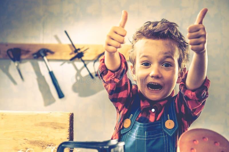 Concepto del día de padres del niño, herramienta del carpintero, niño poco imagenes de archivo