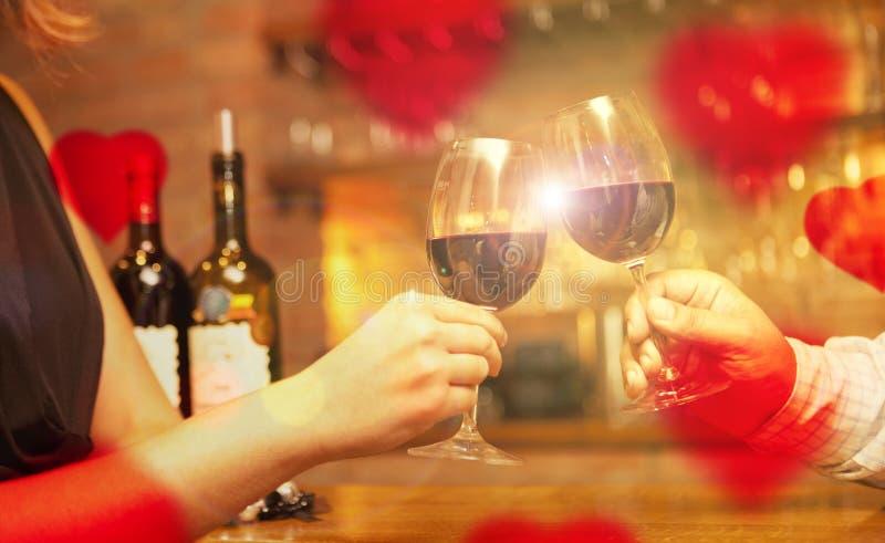 Concepto del día de tarjeta del día de San Valentín con el vino y los vidrios foto de archivo