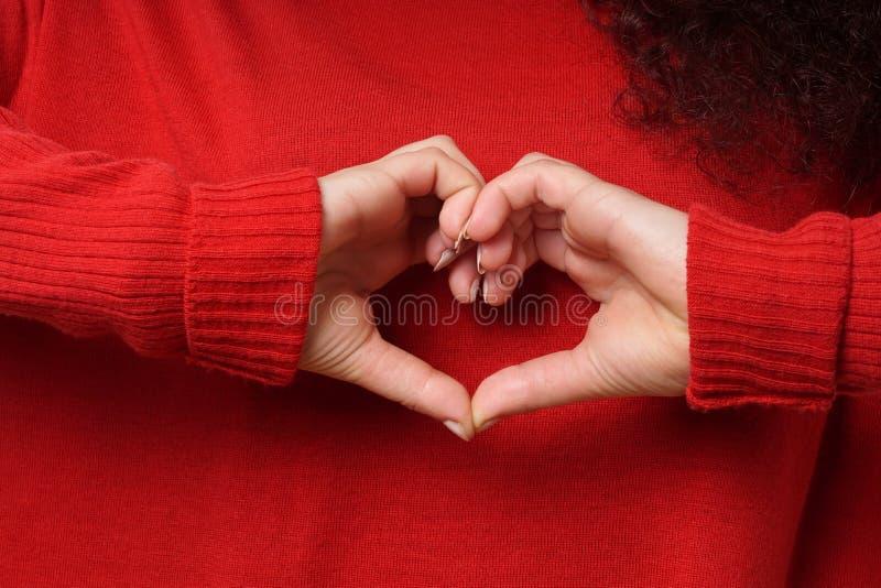Concepto del día de tarjetas del día de San Valentín de la muestra de la mano de la forma del corazón foto de archivo