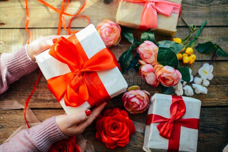 Concepto del día del ` s de la tarjeta del día de San Valentín Regalo con el arco rojo en el backg de madera fotos de archivo libres de regalías