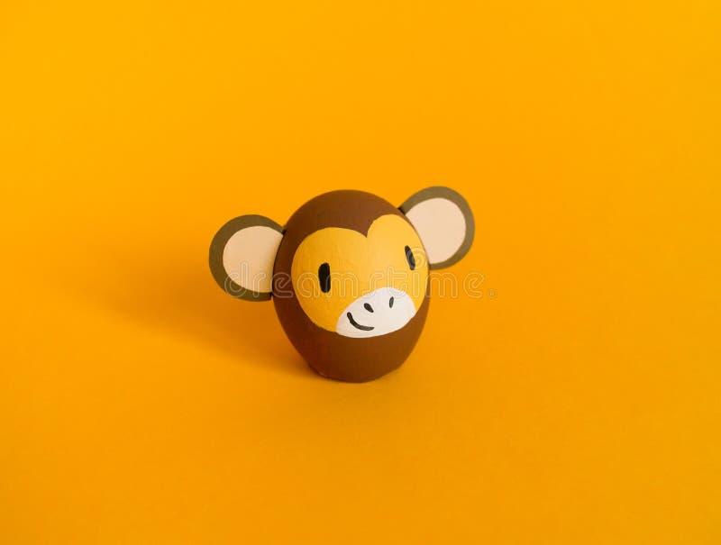 Concepto del d?a de fiesta de Pascua con los huevos hechos a mano lindos: mono marr?n imagenes de archivo
