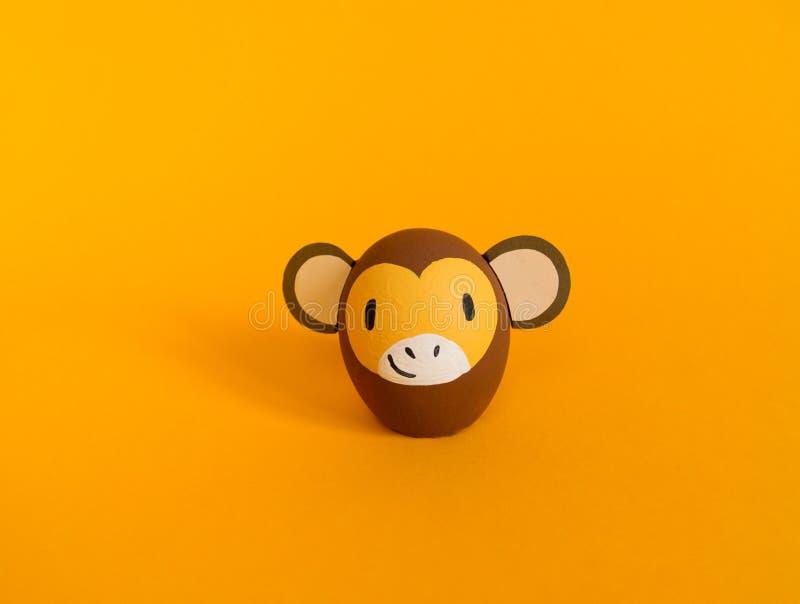Concepto del d?a de fiesta de Pascua con los huevos hechos a mano lindos: mono marr?n imágenes de archivo libres de regalías