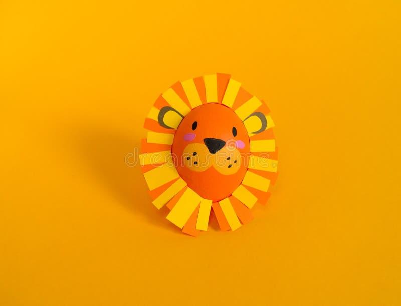 Concepto del d?a de fiesta de Pascua con los huevos hechos a mano lindos: un le?n fotografía de archivo libre de regalías