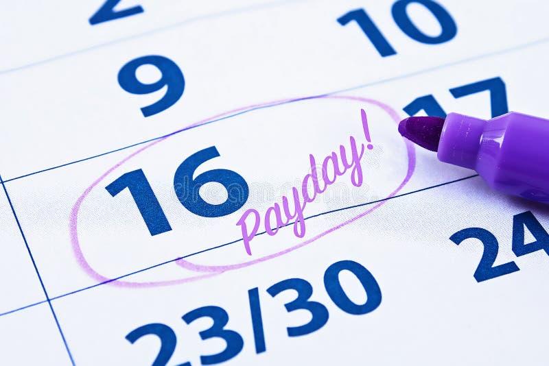 Concepto del d?a de paga Negocio, finanzas, dinero de los ahorros Calendario con el círculo de marcador en día de paga de la pala imagen de archivo