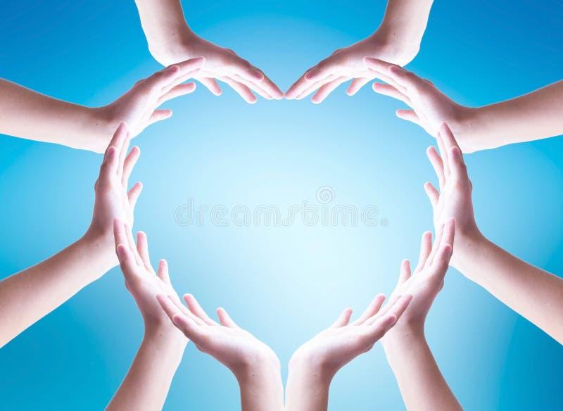 Concepto del d?a del oc?ano del mundo: Manos humanas colaborativas agrupadas en forma del coraz?n fotografía de archivo libre de regalías