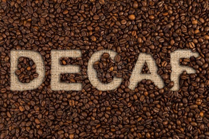 Concepto del Decaf escrito en los granos de café fotografía de archivo