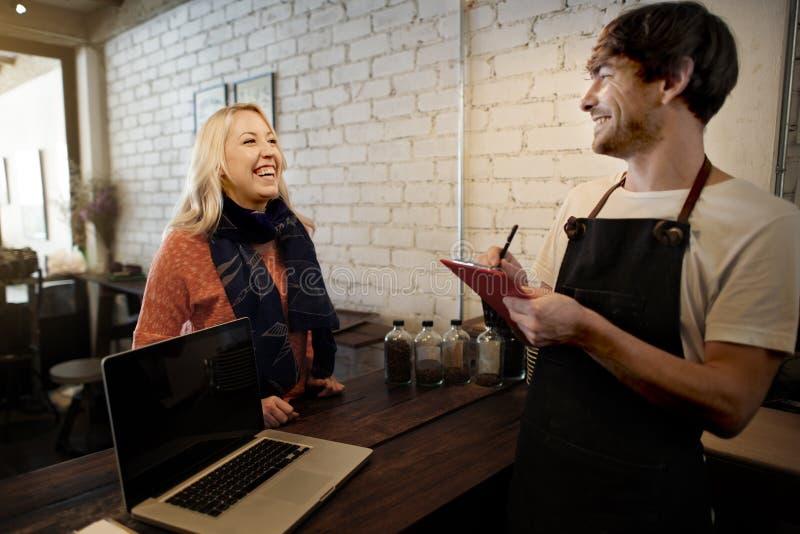 Concepto del delantal de Staff Serving Cafeteria del camarero del café del café fotos de archivo