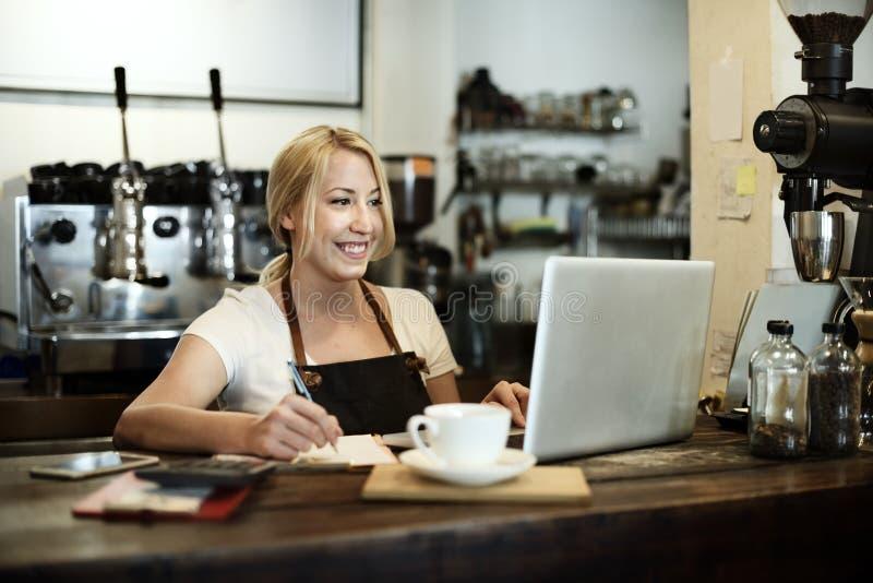 Concepto del delantal de Staff Serving Cafeteria del camarero del café del café fotografía de archivo libre de regalías