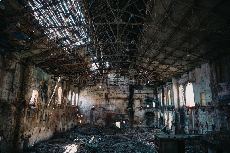 Concepto del desastre, dentro del edificio industrial abandonado arruinado viejo de la fábrica, interior espeluznante grande del  fotografía de archivo libre de regalías
