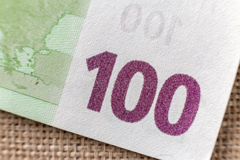 Concepto del dinero, de la actividad y de las finanzas Pieza del detalle de la cuenta de la divisa nacional del euro del billete  imagenes de archivo