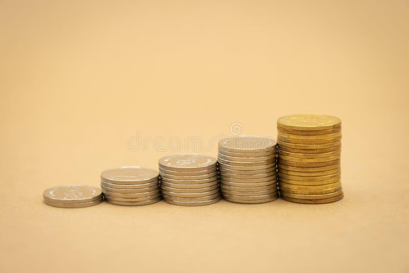 Concepto del dinero, financiero, del negocio del crecimiento, pila de análisis del tInvestment de las monedas o inversión El conc imagenes de archivo
