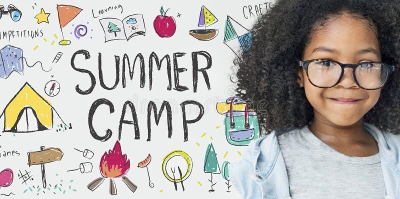 Concepto del disfrute de la exploración de la aventura del campamento de verano imagen de archivo