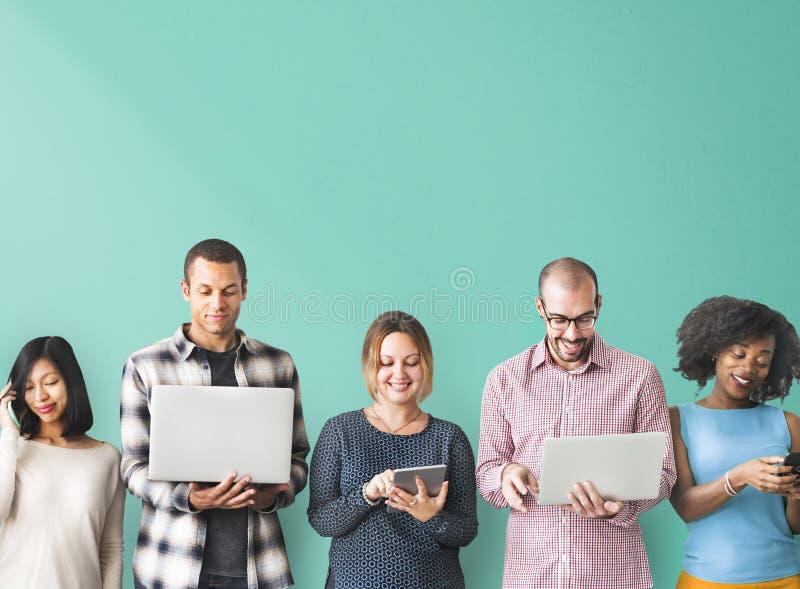 Concepto del dispositivo de Digitaces de la conexión del grupo de personas imagen de archivo libre de regalías